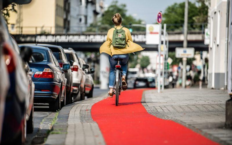 Die Teststrecke für den roten Radweg-Belag befindet sich an der Oberbilker Allee zwischen Hüttenstraße und dem S-Bahnhof Friedrichstadt. Foto: Andreas Endermann