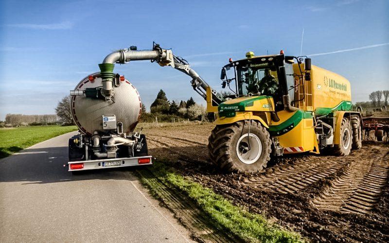 Gülle wird in die Landmaschine gepumpt und dann über ein System von Düsen in den Boden gepresst. Das Foto hat Hans Onkelbach in Büderich, Nahe der Stadtgrenze Düsseldorf, gemacht.