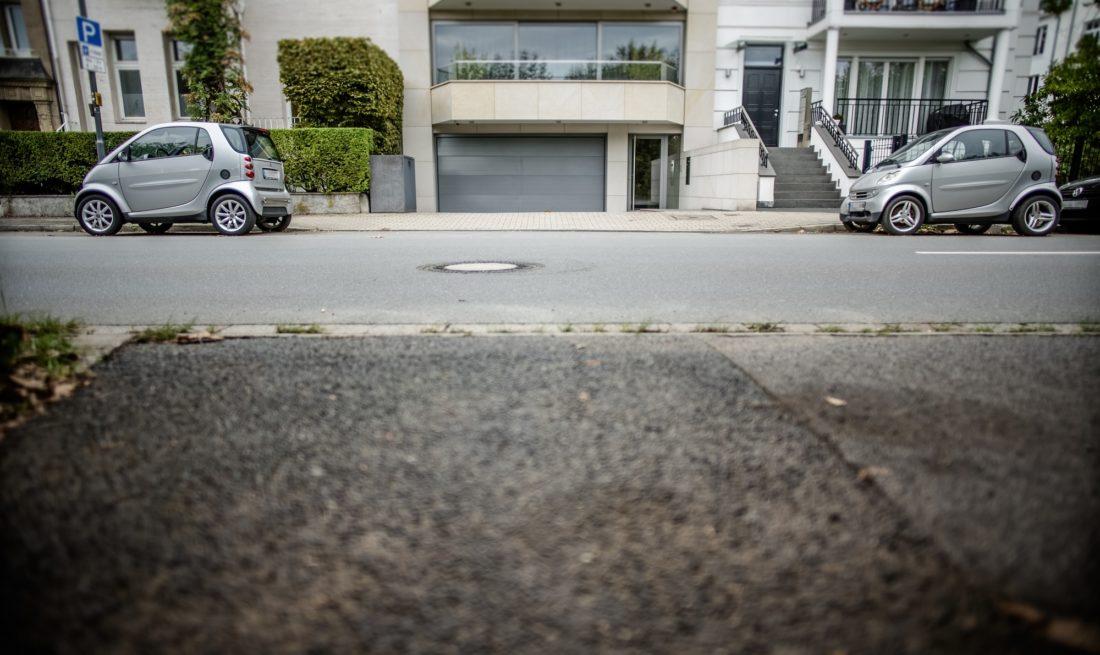 Zwei Autos als Poller - in einer der besten Wohnlagen Düsseldorfs sichern die beiden Starts die ausreichende Zufahrt zur Tiefgarage. Foto: Andreas Endermann
