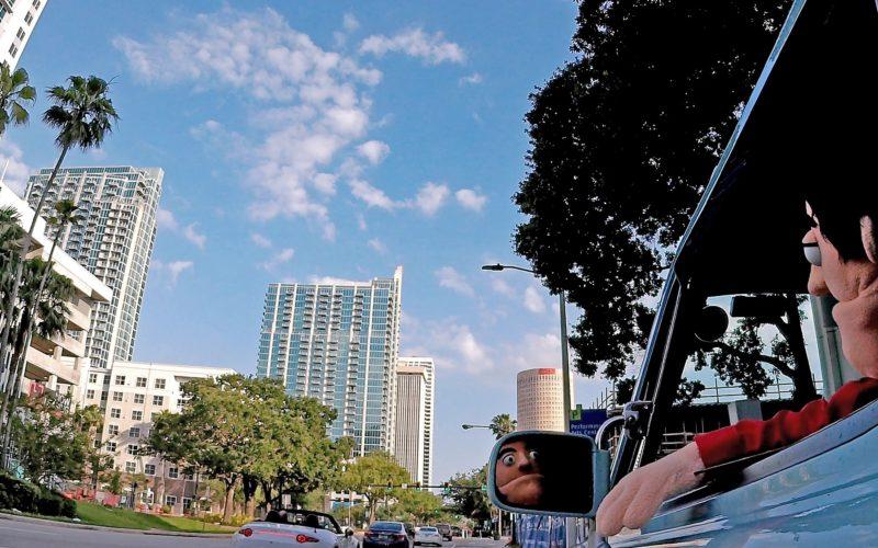 Während der Dreharbeiten waren die Puppen in einem hellblauen JDM Nissan Pao unterwegs. Fotos: Jennifer Huber/David Sanborn/Puppetwerk