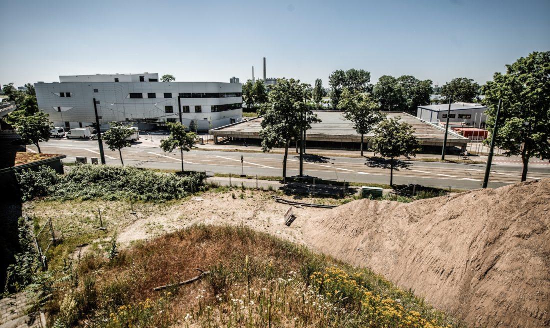 Das besondere Spielfeld entsteht rechts auf dem Dach des Parkdecks. Links ist das neue Schwimmbad des Linksrheinischen zu sehen. Foto: Andreas Endermann