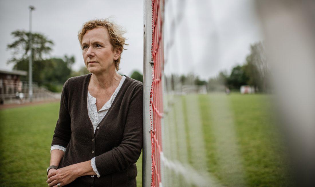 Ute Groth, Vorsitzende von Tusa 06, auf dem Platz des Vereins an der Fleher Straße. Foto: Andreas Endermann