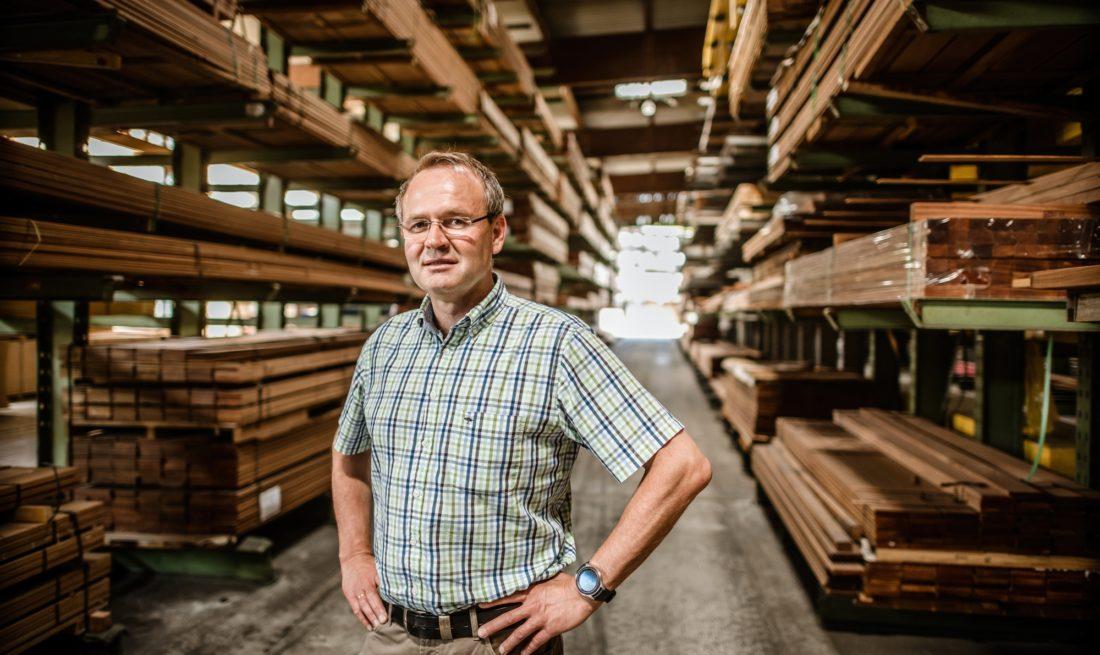 Benedikt Hüttemann im Lager seines Holzhandels in Düsseldorf-Oberbilk. Foto: Andreas Endermann