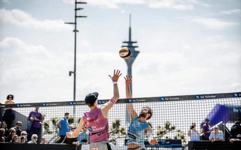 Beachvolleyball hat unter den Trendsportarten die bisher größte Entwicklung in Düsseldorf gemacht. Das hier abgebildete Turnier fand 2019 auf dem Burgplatz statt. Foto: Andreas Endermann