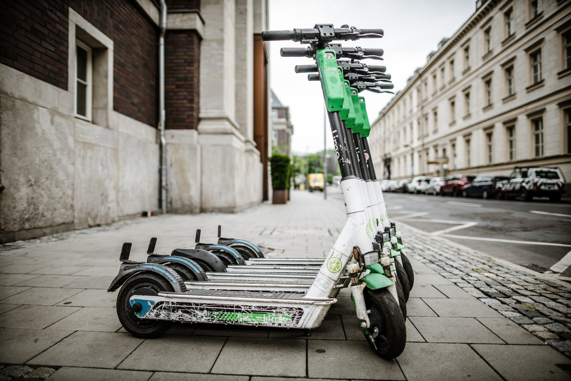 E-Scooter auf der Mühlenstraße in der Altstadt. Schön ordentlich abgestellt. Das ist eher die Ausnahme. Foto: Andreas Endermann