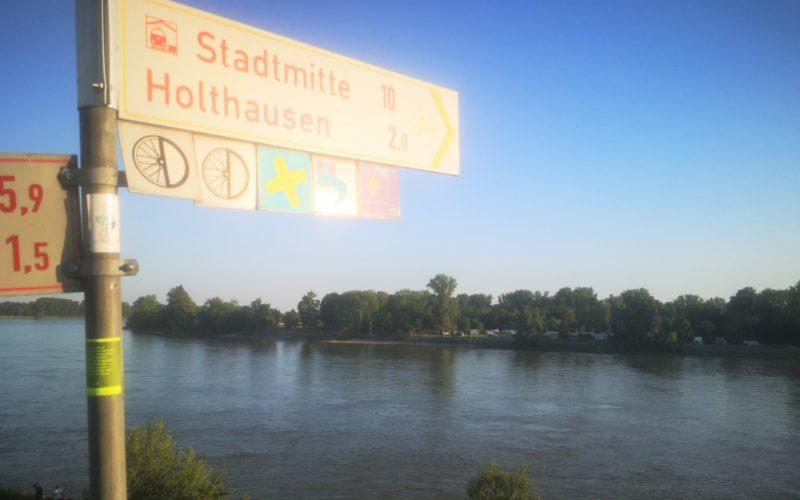 """Auf Höhe der Seitenstraße """"Schöne Aussicht"""" trifft die Benrather Linie auf den Rhein. Foto: Sebastian Brück"""
