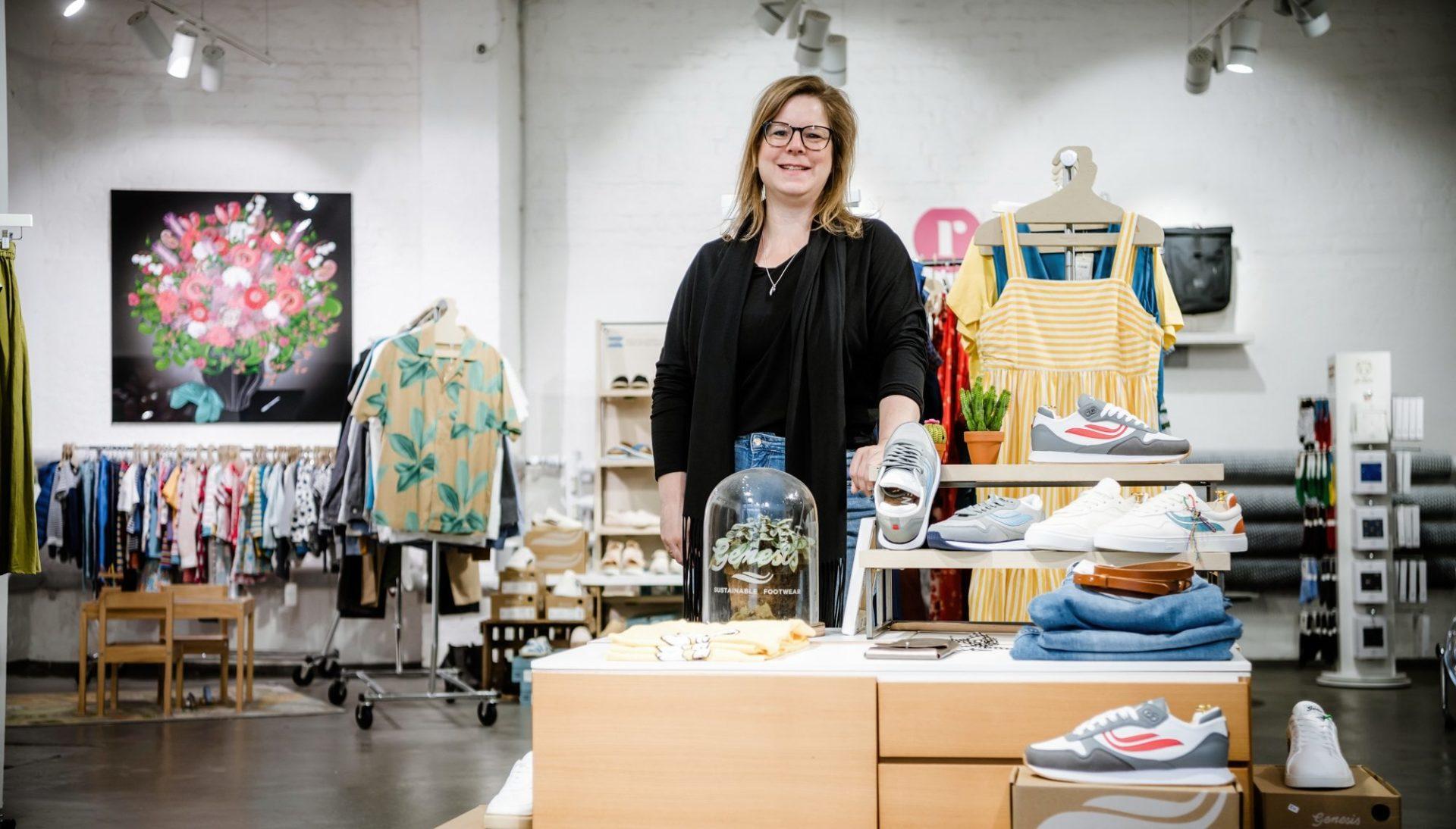 """Daniela Perak gehört mit ihrem Geschäft """"Roberta"""" zu den Düsseldorfer*innen, die nachhaltige Mode anbieten und fördern. Foto: Andreas Endermann"""