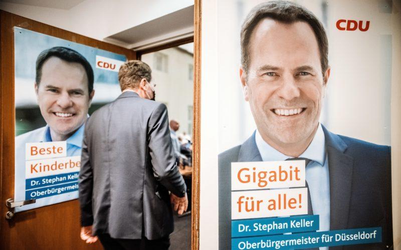 Unser Bild stammt von Andreas Endermann und zeigt Stephan Keller am Wahlabend auf dem Weg in den Saal, in dem die CDU die Entwicklung der Ergebnisse verfolgt hat und an dessen Türen Wahlplakate des OB-Kandidaten hingen.