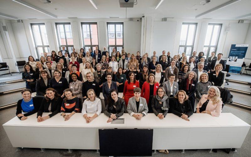 """Die Jahresauftakt-Veranstaltung der """"Initiative Women into Leadership"""" im Februar 2020 in der WHU in Düsseldorf. Unsere Gesprächspartnerin Sabine Hansen ist die Zweite von links in der ersten Reihe. Foto: Iwil/Andreas Endermann"""