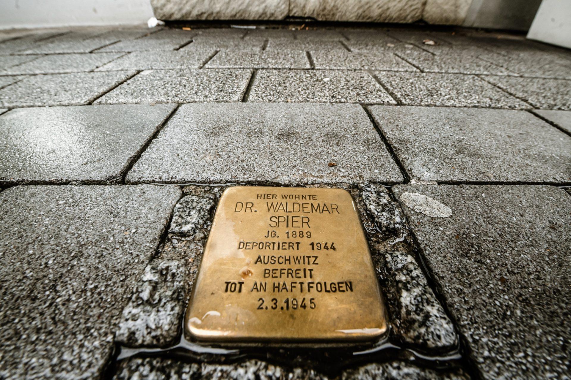 Dieser Stolperstein ist Waldemar Spier gewidmet und liegt vor dem Haus an der Kölner Straße 248 in Oberbilk. Foto: Andreas Endermann