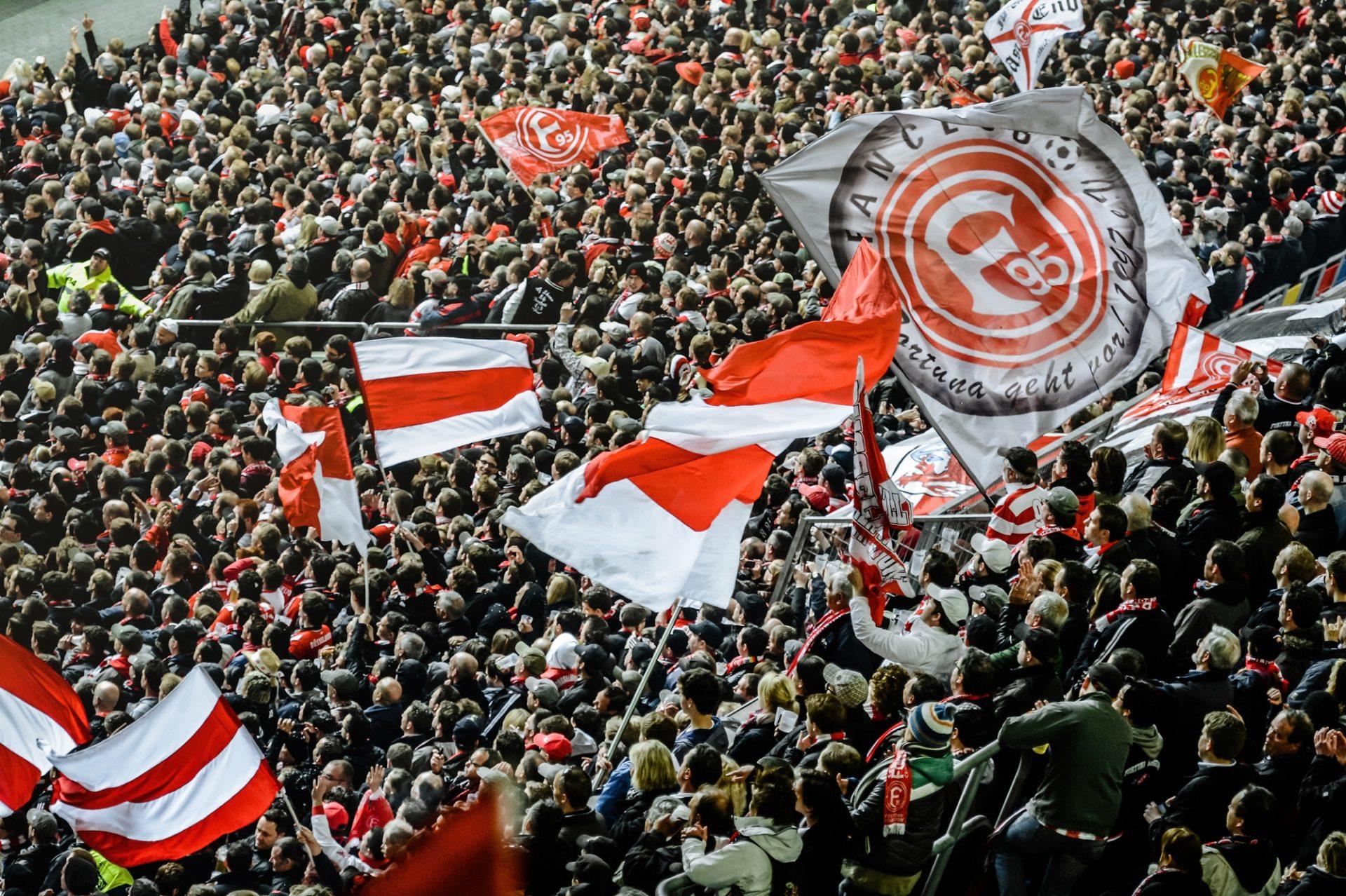So haben die Fans von Rot-Weiß vor der Pandemie in der Arena gefeiert. Unsere Autorin erzählt von ihnen und von der ebenso herausfordernden Leidenschaft, Anhänger der peruanischen Nationalmannschaft zu sein. Foto: Andreas Endermann