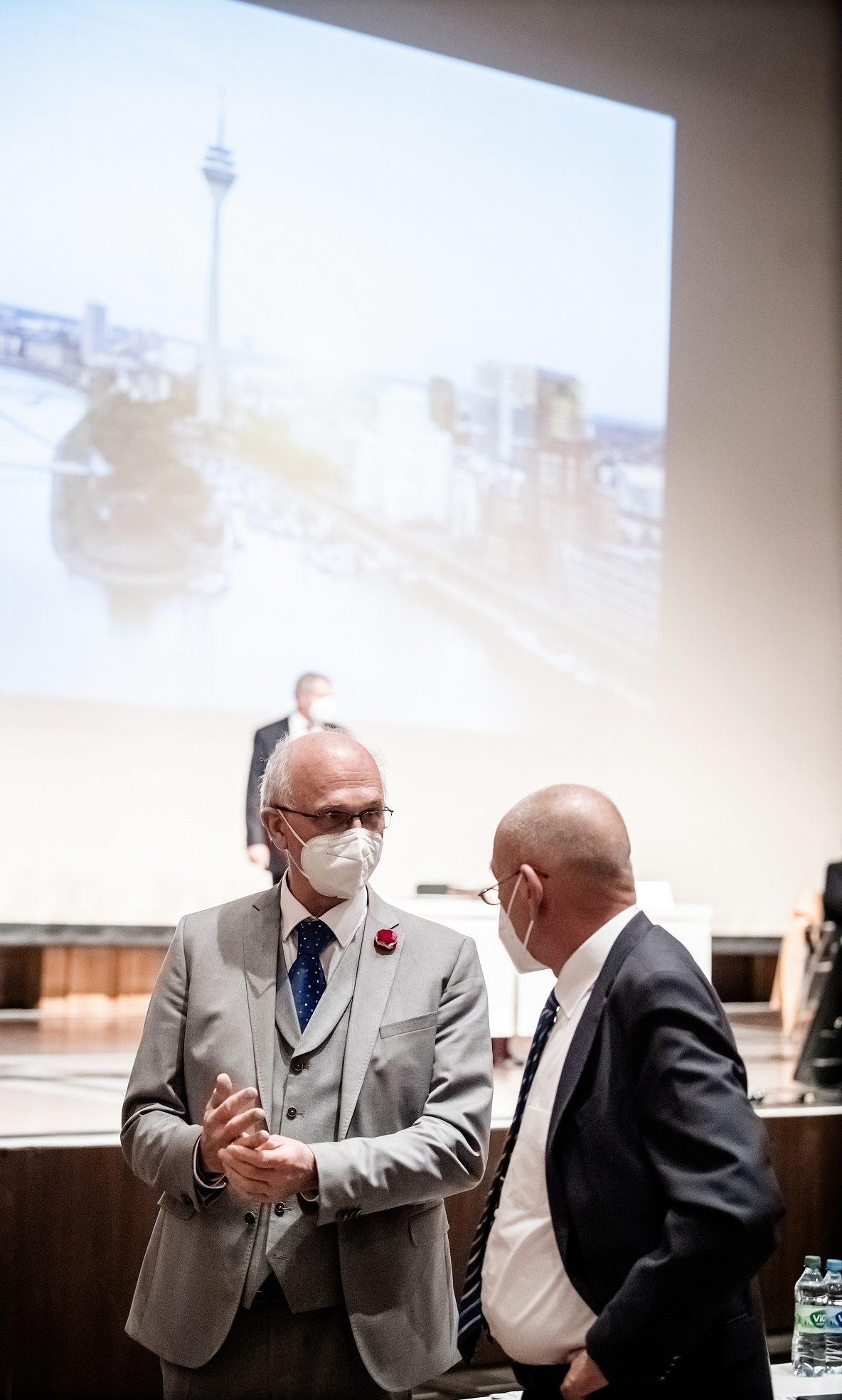 Der CDU-Fraktionsvorsitzende Rolf Tups (rechts) und Ratsherr Alexander Fils während einer Sitzung des Stadtrates. Foto: Andreas Endermann