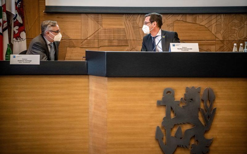 Zwei führende Politiker der Grüko: Norbert Czerwinski, Sprecher der Grünen-Fraktion (rechts) und Andreas Hartnigk, stellvertretender Vorsitzender der CDU-Fraktion. Andreas Endermann fotografierte die beiden während einer Sitzung des Ordnungs- und Verkehrsausschusses.