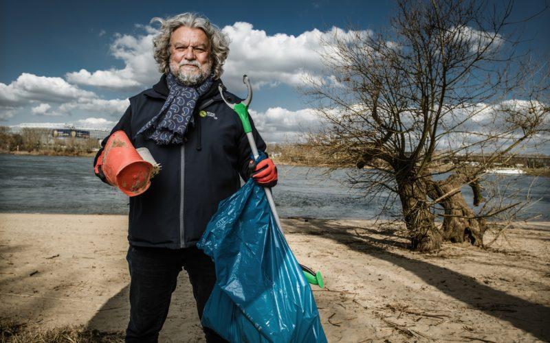 Unser Bild zeigt Joachim Umbach von Rhine-Clean-up beim Müllsammeln am Rhein. Foto: Andreas Endermann