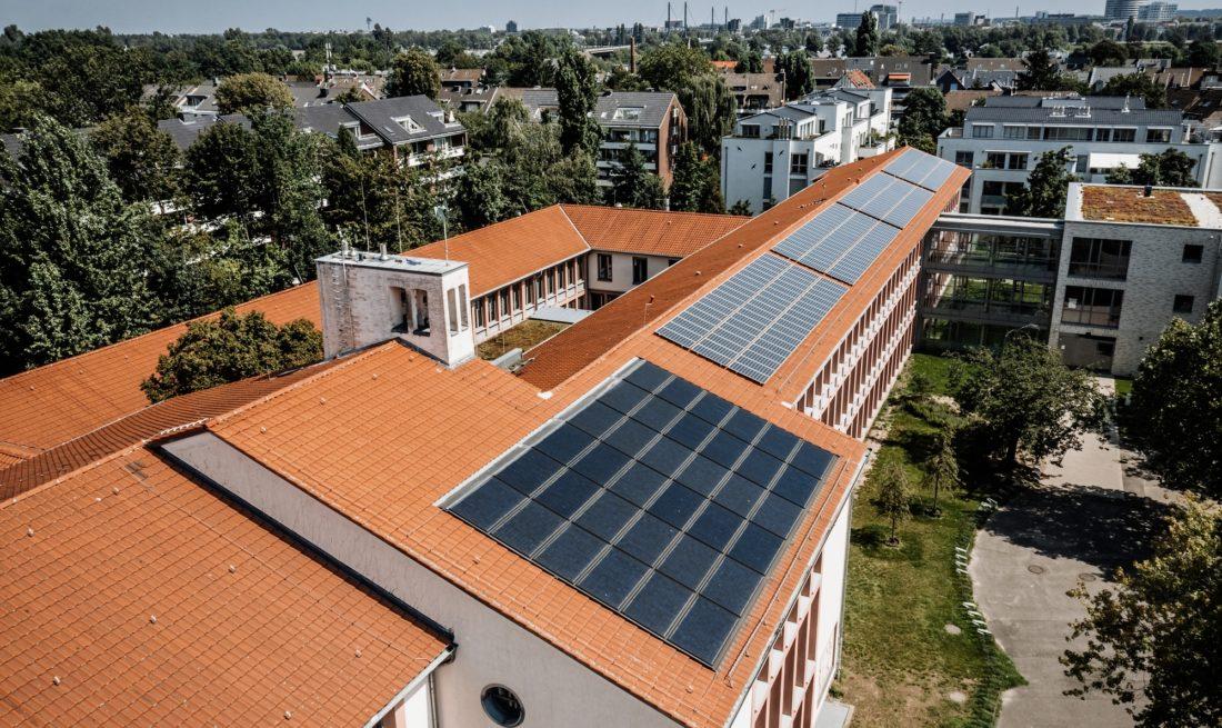 Wer sich Düsseldorf von oben anschaut, wird wie unser Fotograf Andreas Endermann Dächer entdecken, auf denen sich Photovoltaikanlagen befinden. Sie oder er wird aber auch eine Menge Flächen auf Gebäuden sehen, auf denen die Sonnenenergie gut eingefangen werden könnte, aber noch nicht wird. Deshalb hat die Stadt zusätzliche Anreize geschaffen.
