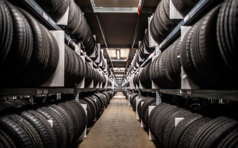 Tausende von Reifen ruhen in den Regalen des Reifen-Hotels. Ordentlich abgelegt, systematisch erfasst und in Sekunden wieder zu finden, wenn sie zurück zum Kunden sollen. Fotograf Andreas Endermann war von der Optik fasziniert.