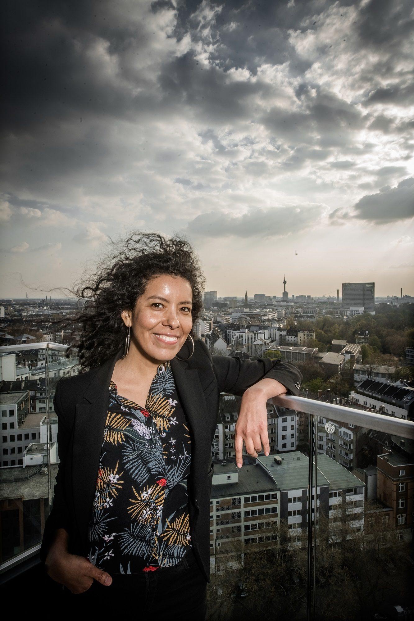 Karina Rosdriguez hat einen besonderen Blick auf Düsseldorf - und das nicht nur von der Terrasse dieses Hotels. Foto: Andreas Endermann