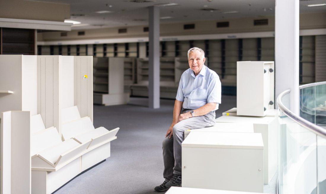 Walter Reimann im ehemaligen Stern-Verlag: Die Regale sind immer noch da, die Bücher schon lange nicht mehr. Foto: Marcel Kusch