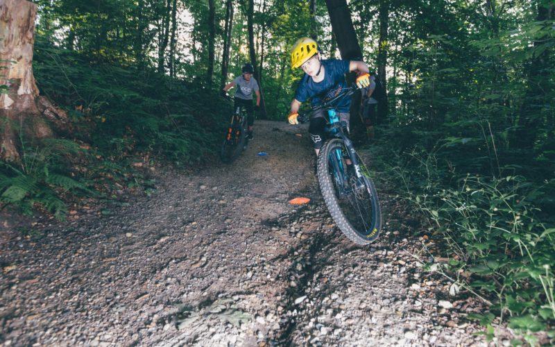 Vincent Vogt und Ben Bodenburg sind zwei der jungen Mountainbiker, die im Aaper Wald trainieren - auch naturverträgliches Fahren und Bremsen. Foto: Johannes Boventer