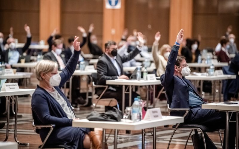 Abstimmung im Stadtrat, im Vordergrund die Grünen-Fraktionsvorsitzenden Angela Hebeler und Norbert Czerwinski, im Hintergrund der Kooperationspartner CDU. Foto: Andreas Endermann