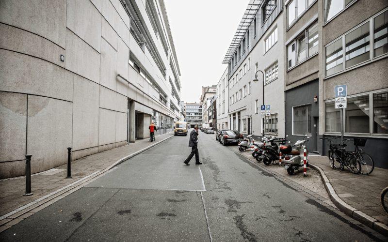 Keine Farbe, nirgends, pure Tristesse. Dabei ist die Kö keine 200 Meter entfernt. Die Huschbergerstraße in Blickrichtung Bahnstraße. Foto: Andreas Endermann
