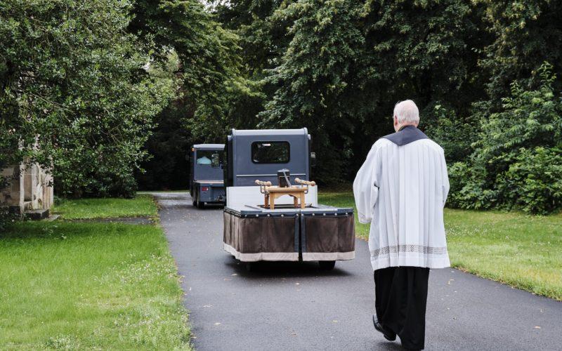 Pastor Stephan Pörtner begleitet eine Urne zum Grab. Die Stadt hat keine Angehörigen der Verstorbenen finden können, Stephan Pörtner ist allein auf der Beerdigung. Foto: Markus Luigs