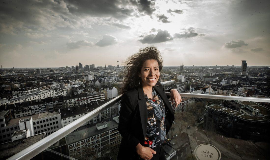 Karina Rodriguez auf einer Dachterrasse an der Toulouse Allee. Ein ungewöhnliche Perspektive, so wie ihr Blick auf die Stadt. Andreas Endermann hat sie dort fotografiert.