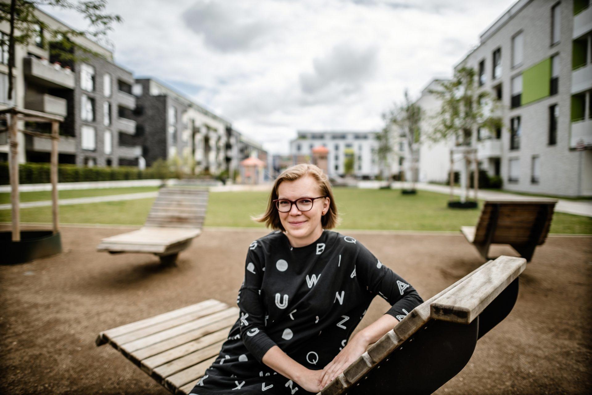 Daša Martin ist mit ihrer Familie von Wien nach Oberbilk gezogen. Sie kann die Unterschiede in der Wohnungspolitik beider Städte am Beispiel ihres Lebens erläutern. Foto: Andreas Endermann