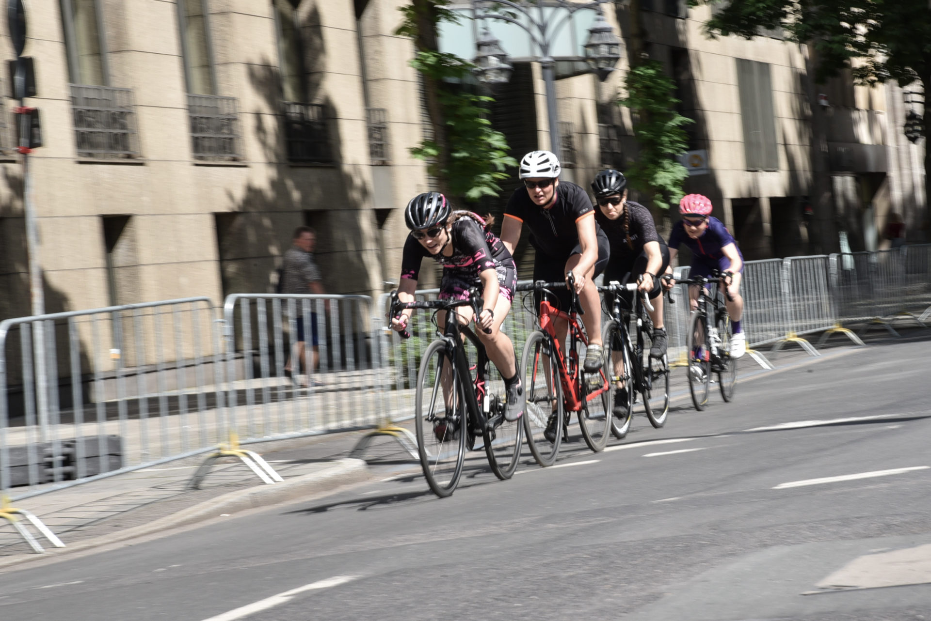 """Vierer-Team duelliert sich mit Viererteam: So wird es normalerweise beim Bahnradfahren ausgetragen, """"Rund um die Kö"""" bringt den Wettkampf auf die Straße. Foto: Kerstin Kortekamp"""