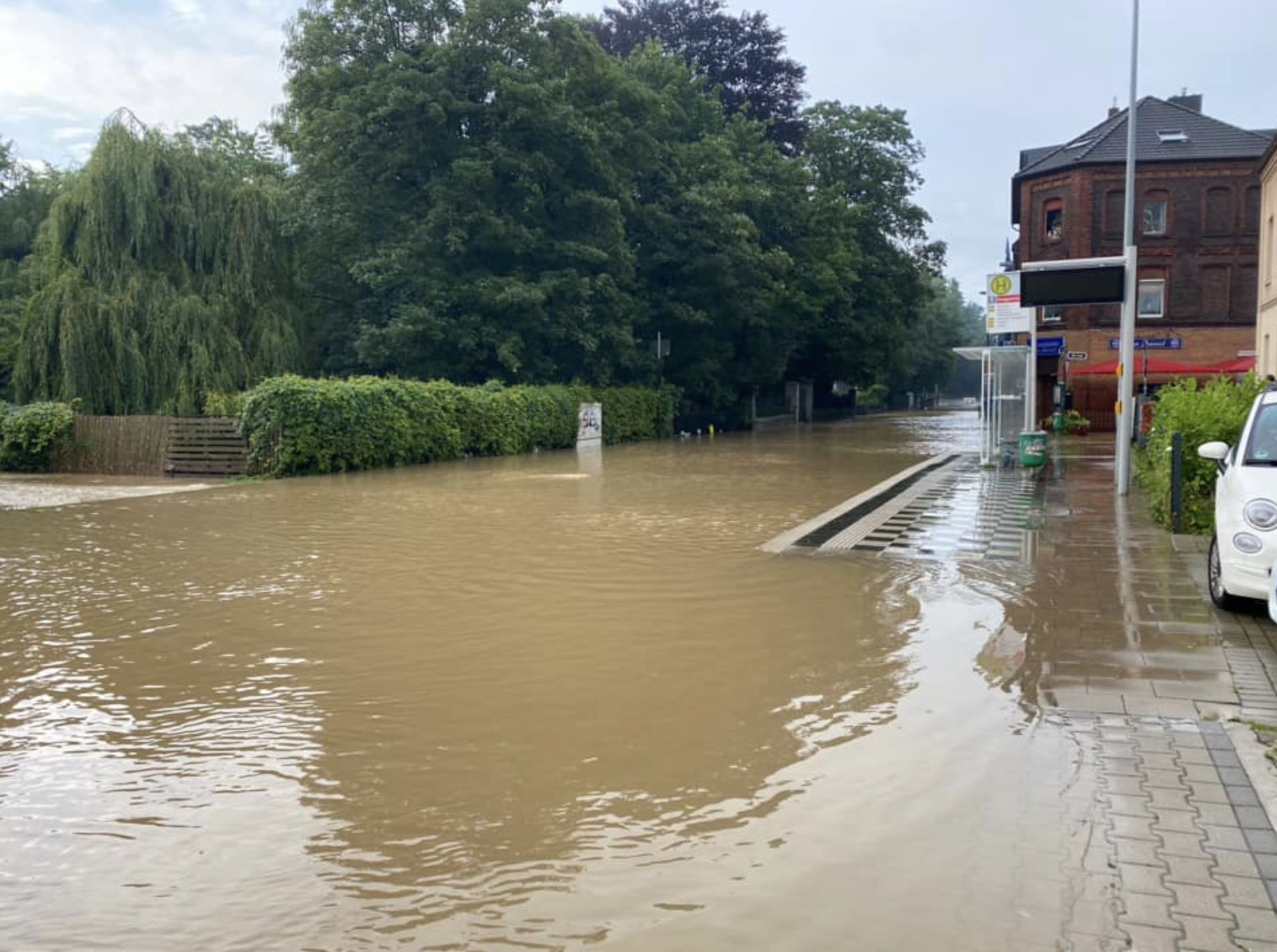 Normalerweise fließt die Düssel unter der Glashüttenstraße durch. Am 15. Juli trat sie über die Ufer und überflutete das Viertel südlich des Gerresheimer S-Bahnhofs.