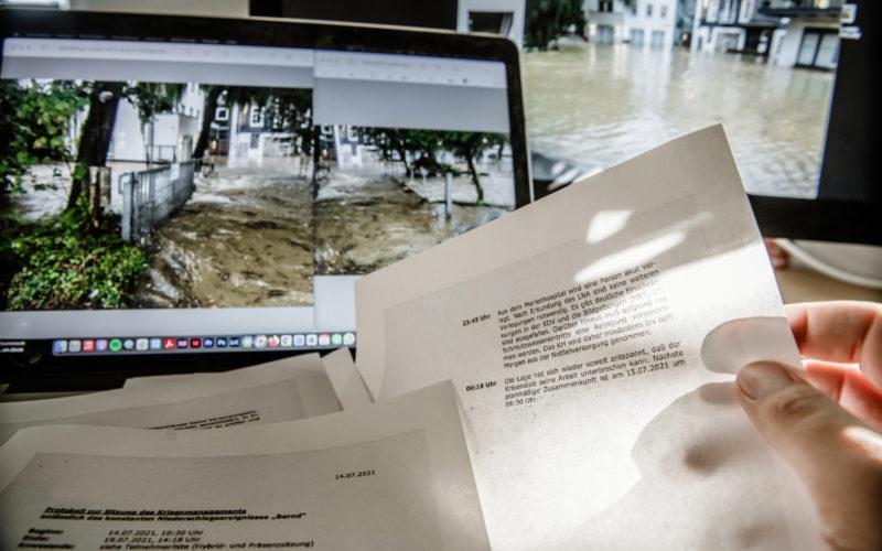 Das VierNull vorliegende Protokoll des Krisenstabes in den Tagen und Nächten der Überflutung Mitte Juli. Foto: Andreas Endermann
