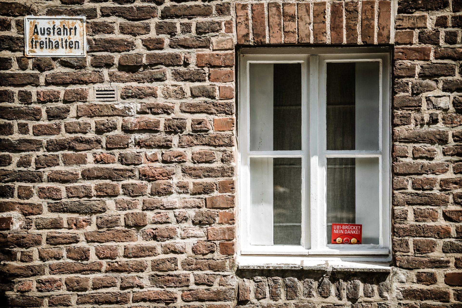 """In Lörick zeigen die Bürger mit Postkarten ihre Meinung zur FRage """"Brücke oder Tunnel für die U81?"""". Foto: Andreas Endermann"""