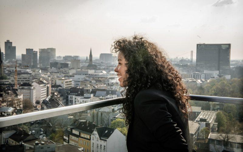 Unsere Kolumnistin Karina Rodriguez auf der Dachterrasse eines Hauses an der Toulouse Allee, wo Andreas Endermann sie fotografiert hat.