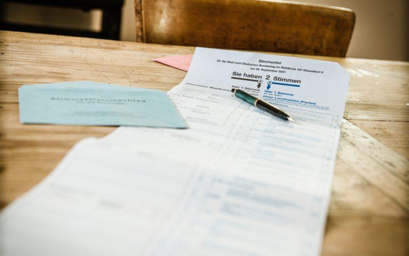 So lang ist der Stimmzettel für die Bundestagswahl 2021 in Düsseldorf. Foto: Andreas Endermann