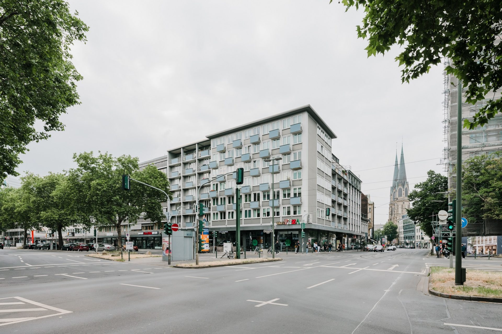 """Marie Kreibich hat die Fotos für die Ausstellung über die besonderen Gebäude aus den 50er-Jahren gemacht. Dieses Bild heißt """"Stadthaus in der Immermannstraße I""""."""