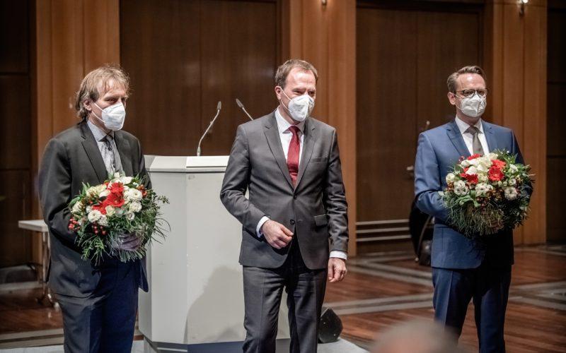 Wie so oft: Zwei Männer (Jochen Kral, links, und Michael Rauterkus, rechts) erhalten nach ihrer Wahl zu Beigeordneten Blumensträuße vom Oberbürgermeister (Stephan Keller). Foto: Andreas Endermann