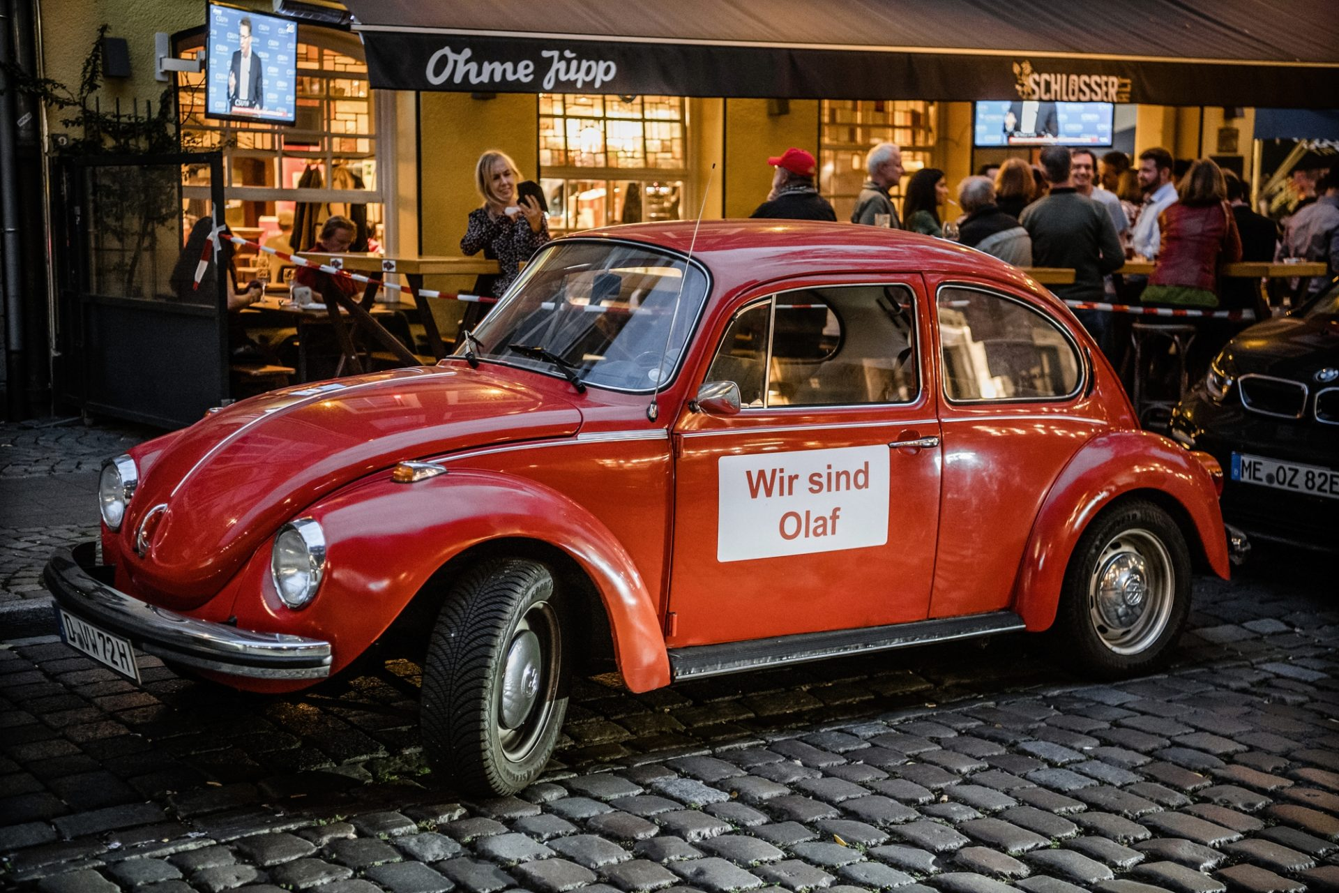 """Die Düsseldorfer SPD feierte den Wahlabend in der Altstadtkneipe """"Ohme Jupp"""". Davor stand dieser rote VW Käfer mit der Aufschrift """"Wir sind Olaf"""". Foto: Andreas Endermann"""