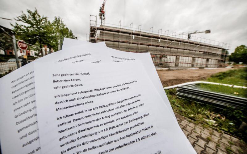 Unser Bild zeigt das Manuskript der Rede von Dagmar Wagner aus dem Jahr 2014 vor einer aktuellen Schulbaustelle: dem Neubau des Wim-Wenders-Gymnasiums an der Schmiedestraße in Oberbilk. Foto: Andreas Endermann