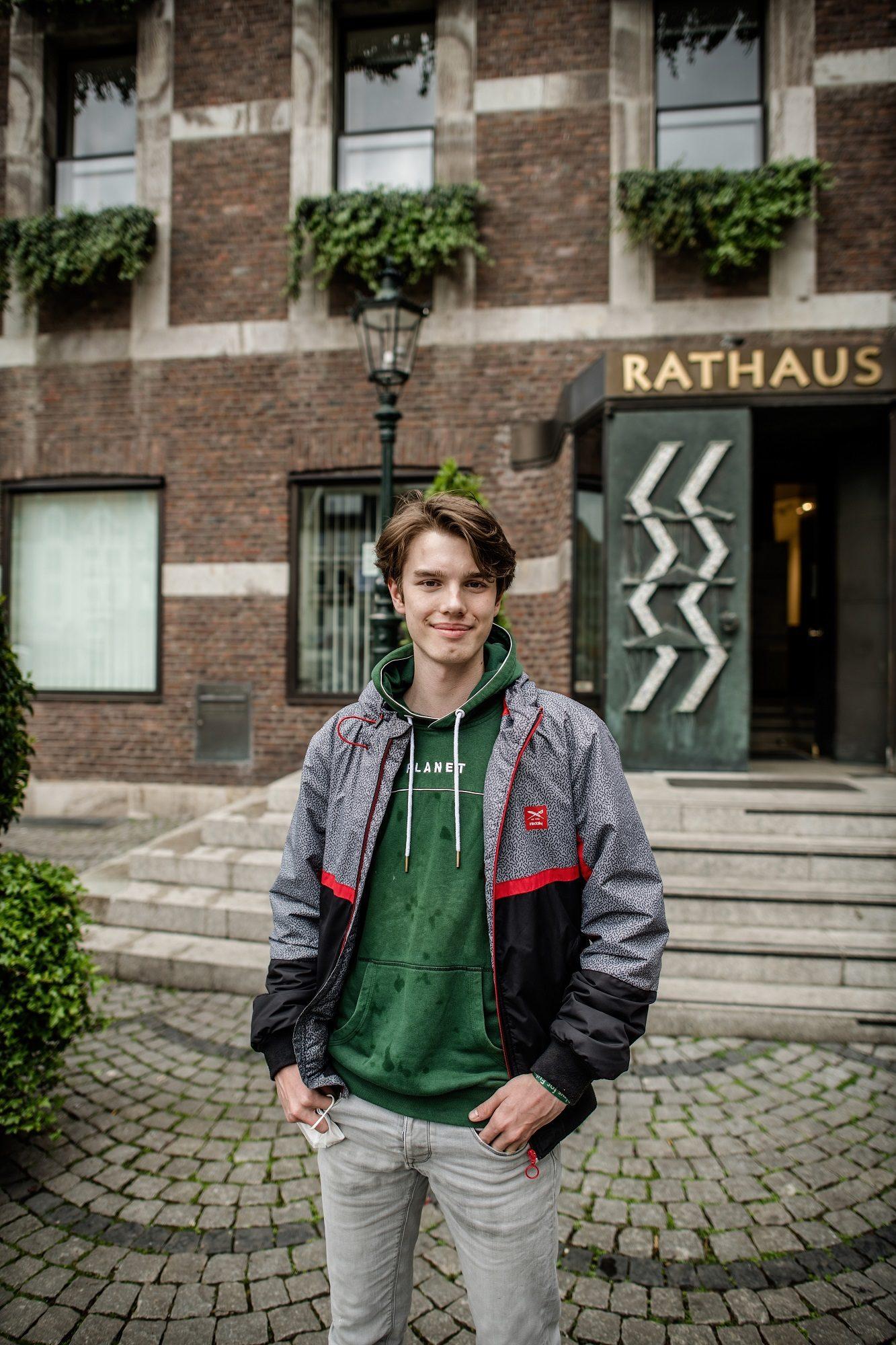 Pablo Voss vor dem Düsseldorfer Rathaus. Links hinter ihm das Fenster, in dem er gerne die CO2-Uhr sehen würde. Foto: Andreas Endermann