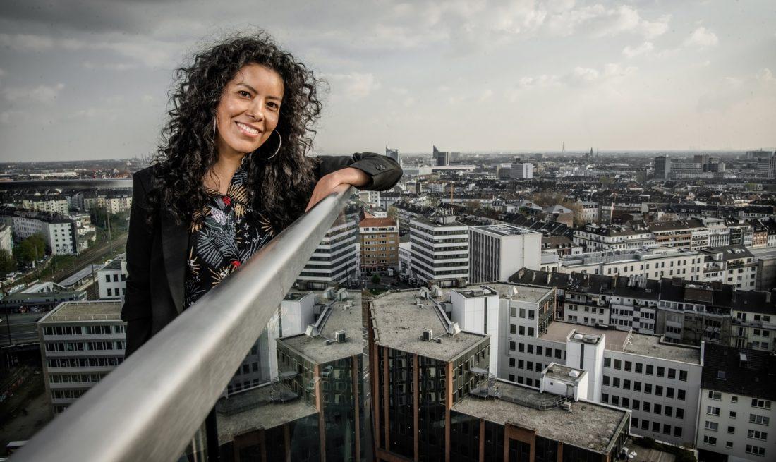 Unsere Autorin Karina Rodriguez auf der Dachterrasse eines Hauses an der Toulouse Allee. Dort hat Andreas Endermann sie fotografiert - bei ihrem Blick auf Düsseldorf.