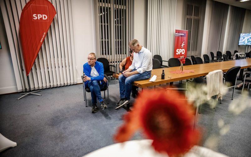 Dieses Bild hat Andreas Endermann am Abend der Kommunalwahl (13. September) gemacht: Es zeigt SPD-Fraktionsgeschäftsführer Frank Ulrich Wessel (links), den damaligen Bezirksbürgermeister Uwe Wagner und verdeckt Fraktionsmitarbeiterin Eda Akcan-Grah.