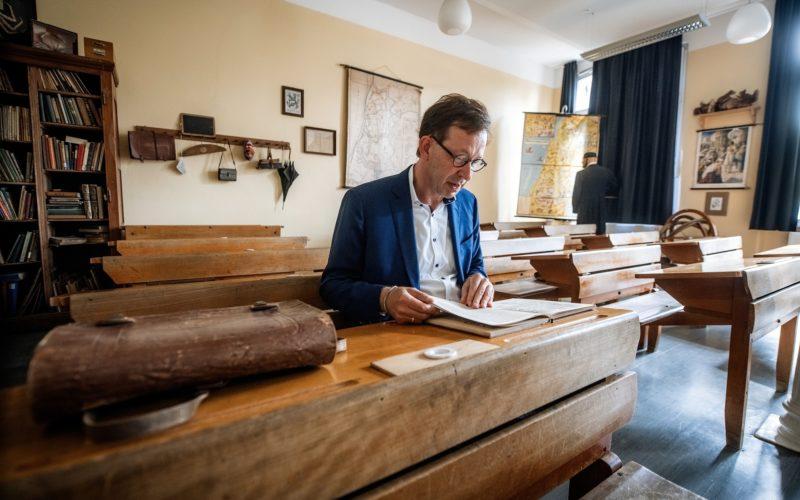Stadtdirektor Burkhard Hintzsche im historischen Klassenzimmer der Maxschule. Foto: Andreas Endermann