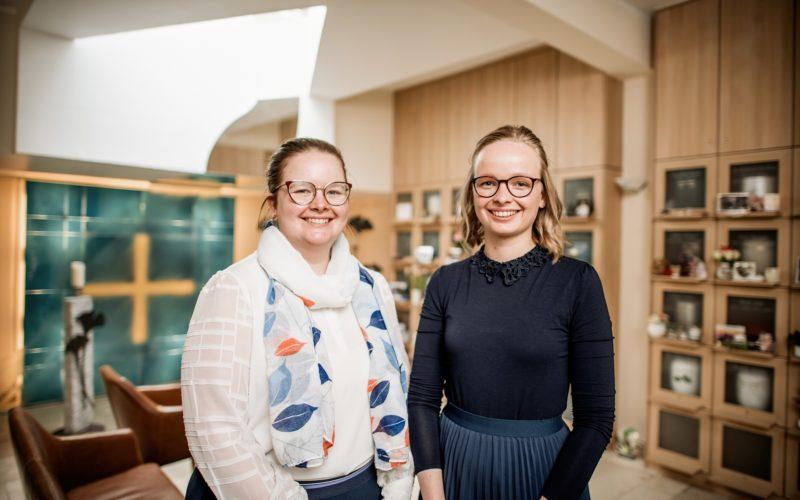 Die Schwestern Juliane (l.) und Victoria Frankenheim leiten das Bestattungsunternehmen Frankenheim. Andreas Endermann fotografierte sie im hauseigenen Columbarium (Urnen-Bestattungsraum).