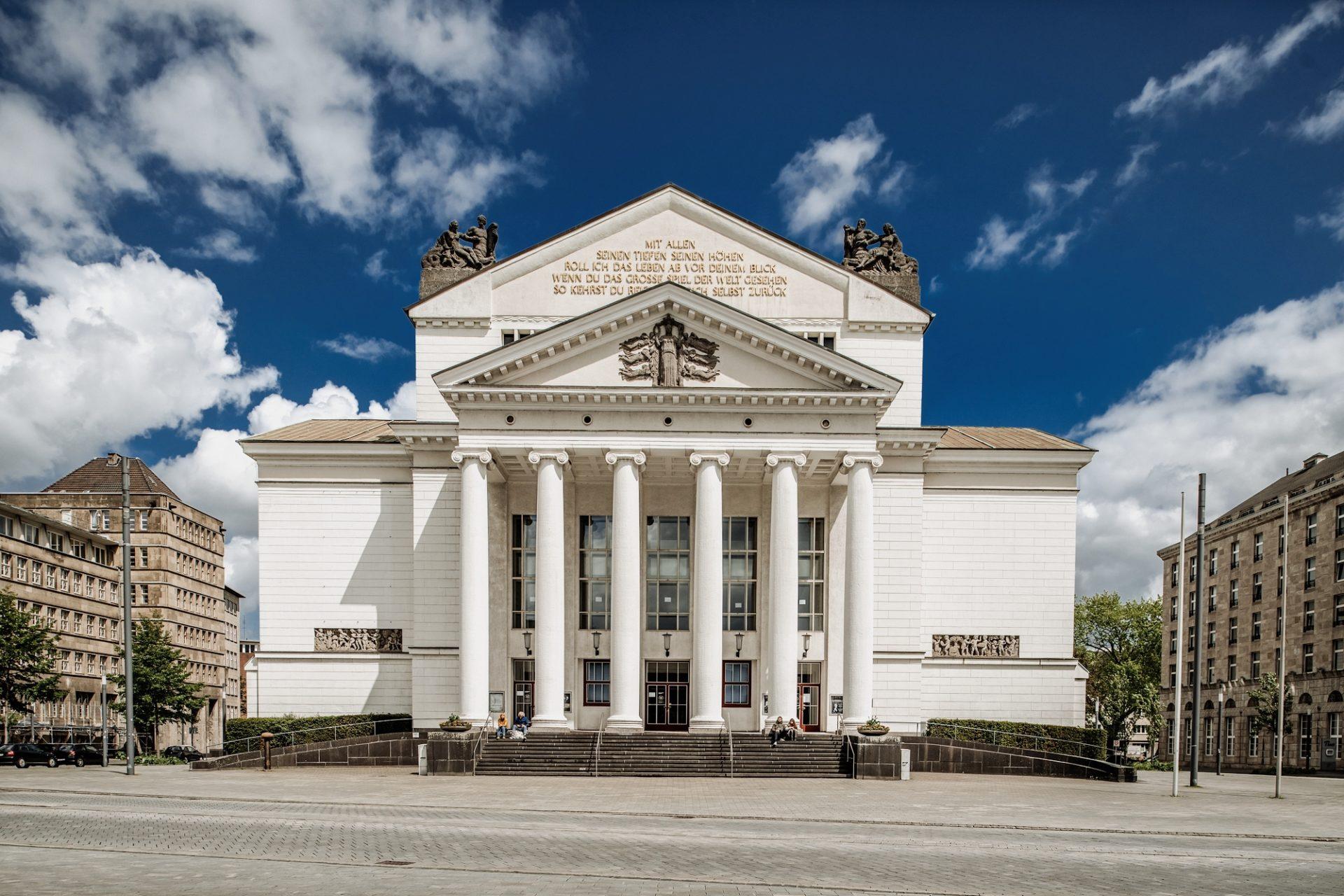 Das Stadttheater Duisburg wurde ursprünglich 1911/12 errichtet und nach dem Zweiten Weltkrieg wieder aufgebaut. Prägend sind seine sechs Säulen und ein Schiller-Zitat auf dem Giebel. Foto: Andreas Endermann