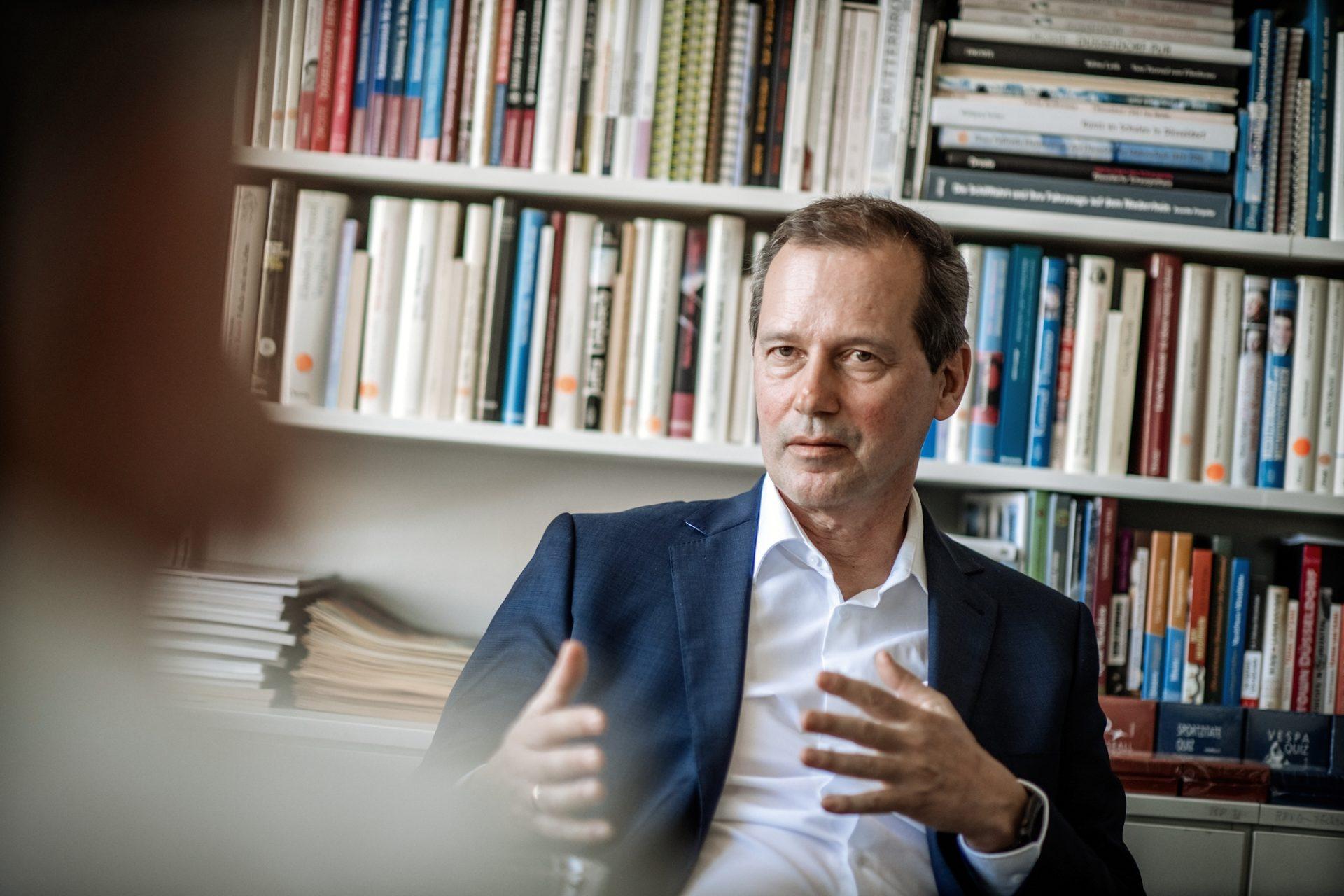 Felix Droste beim Gespräch mit VierNull-Autor Hans Onkelbach in einem Büro des Droste-Verlags. Foto: Andreas Endermann